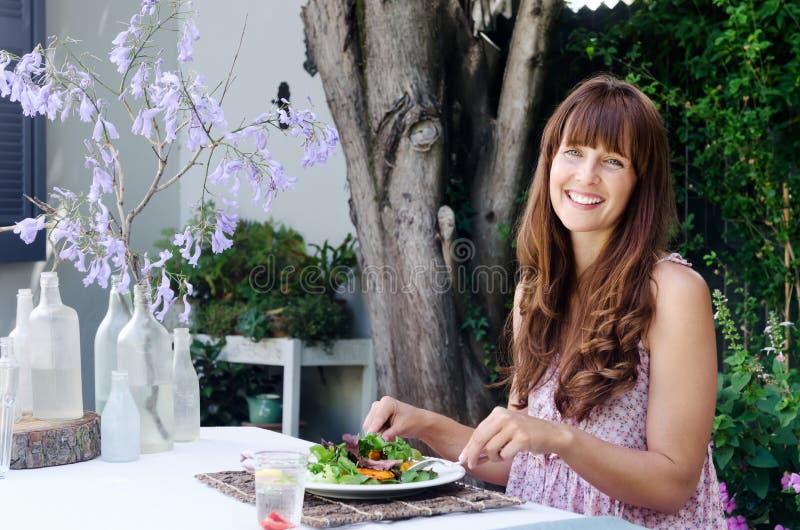 Sund äta livsstilkvinna som har sallad utomhus royaltyfri fotografi