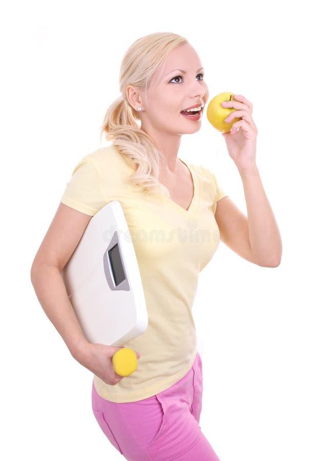 Sund äta ung kvinna som försöker att förlora vikt arkivfoton