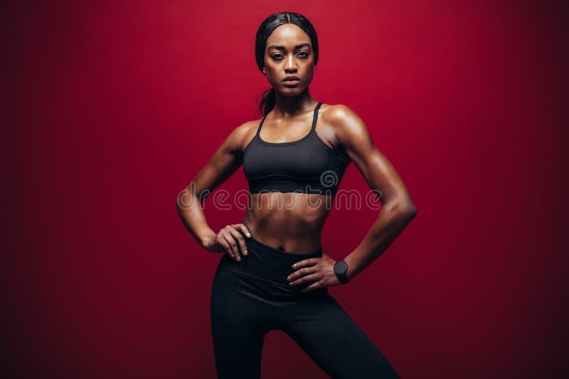 Sund afrikansk kvinna med den perfekta kroppen royaltyfria bilder