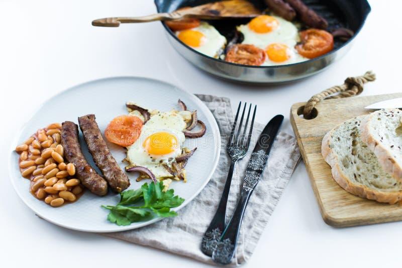 Sund allsidig frukost på en grå platta på en vit bakgrund arkivbilder
