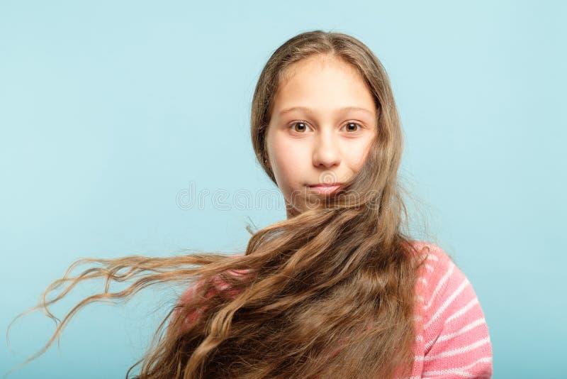 Sund annonsering för schampo för flicka för hårskönhetunge royaltyfria foton