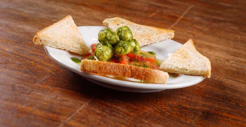 Sund aptitretare med rostat bröd och gnocchi royaltyfria bilder