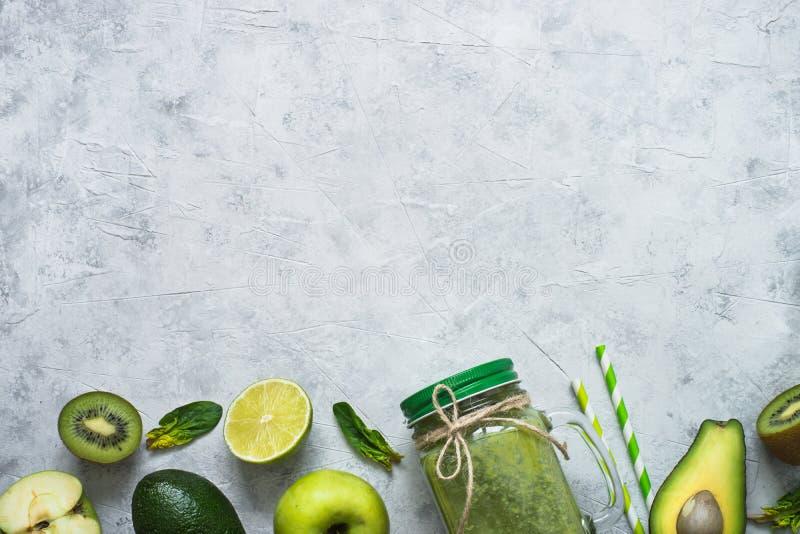 Sund bakgrund för grön mat - smoothie och ingredienser arkivbilder