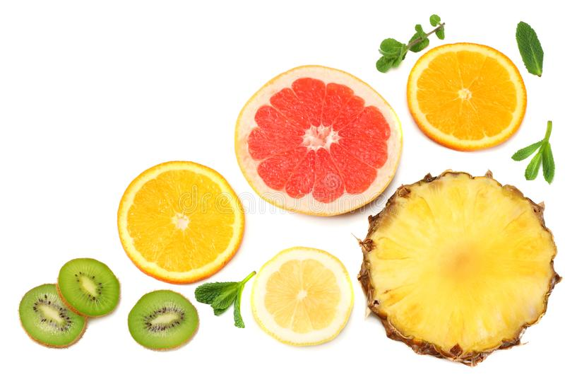 Sund bakgrund skivor av grapefrukten, kiwi, apelsinen och ananas som isoleras på bästa sikt för vit bakgrund arkivfoto