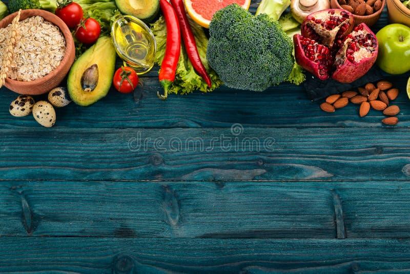sund bakgrundsmat Begrepp av sund mat, nya grönsaker, muttrar och frukter P? en tr?bakgrund arkivbilder