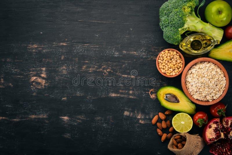 sund bakgrundsmat Begrepp av sund mat, nya grönsaker, muttrar och frukter P? en tr?bakgrund royaltyfri bild