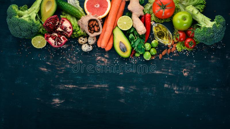 sund bakgrundsmat Begrepp av sund mat, nya grönsaker, muttrar och frukter P? en tr?bakgrund royaltyfria foton