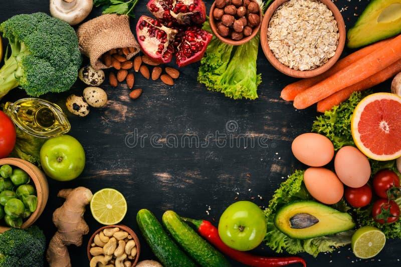 sund bakgrundsmat Begrepp av sund mat, nya grönsaker, muttrar och frukter P? en tr?bakgrund arkivfoto