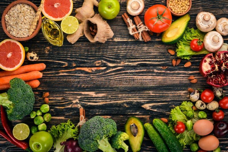sund bakgrundsmat Begrepp av sund mat, nya grönsaker, muttrar och frukter P? en tr?bakgrund arkivfoton