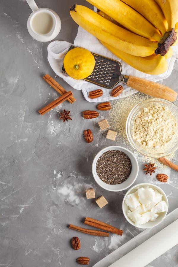 Sund bakning av bananbröd, strikt vegetarianefterrättingredienser: chia, fotografering för bildbyråer
