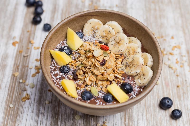 Sund banan, mango en björnbärefterrätt med havren och yoghurt fotografering för bildbyråer