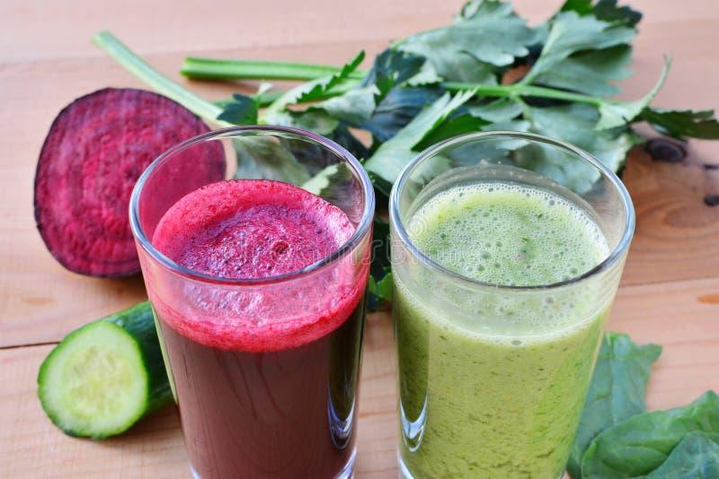 Sund beta för grönsakfruktsaft och gräsplansmoothie royaltyfri bild