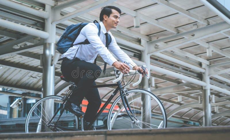 Sund cykel för ridning för affärsman som arbetar i en modern stad arkivfoton