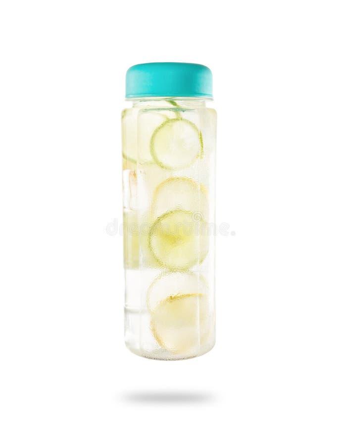 Sund detoxdrink för limefrukt och för citron i den Misted flaskan som isoleras på arkivfoton