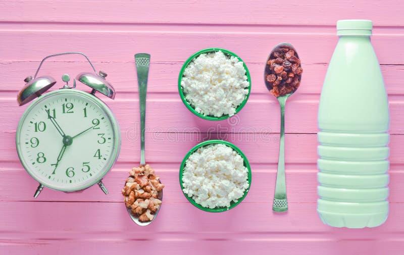 Sund diet-mat Flaska för morgonfrukost A av yoghurten, bo fotografering för bildbyråer