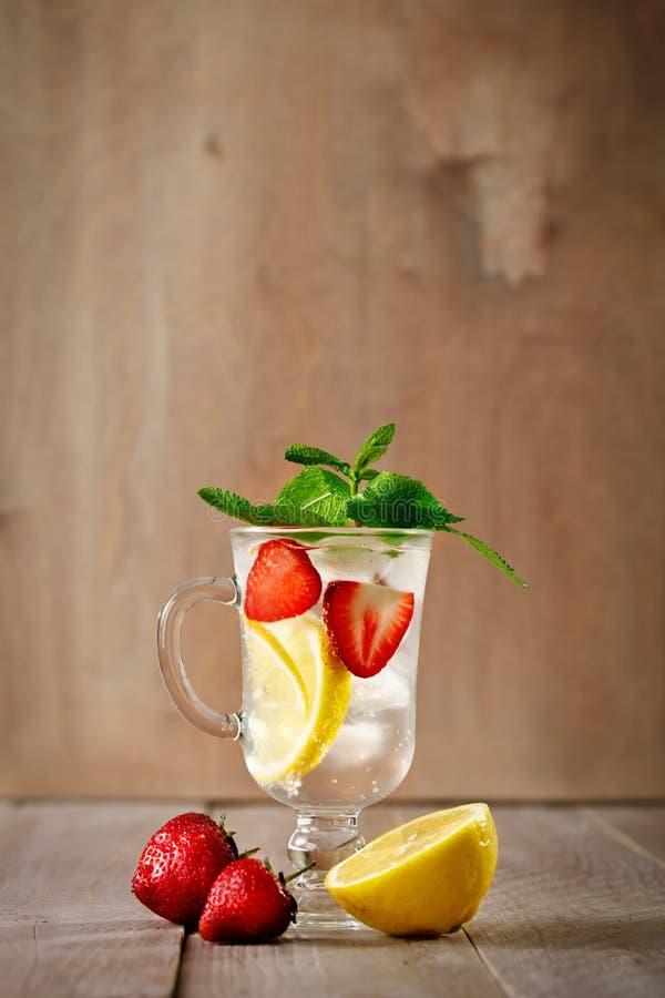 Sund drink för ny sommar med citronen och jordgubbar med is royaltyfria bilder