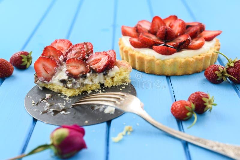 Sund efterrätt Tartlets med ny saftig jordgubbar och crea arkivbilder