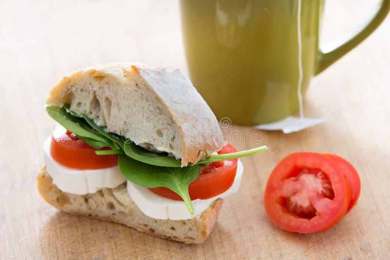 Sund enkel smörgås som göras av bröd, ost och spenat royaltyfria foton