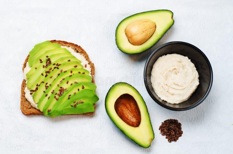 Sund för hummusavokado för vit böna sandw för frukost för råg för frö för lin fotografering för bildbyråer