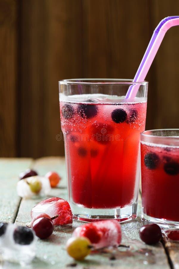 Sund för sommar alkoholdryck non Körsbärsröd sangria i exponeringsglaswi arkivbilder