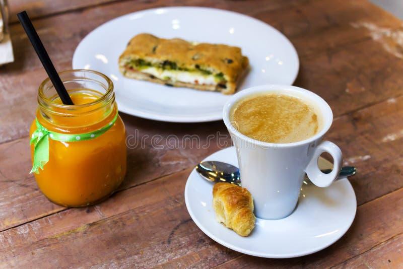 Sund frukost av kaffe- och för vitamin C fruktsaft arkivbilder