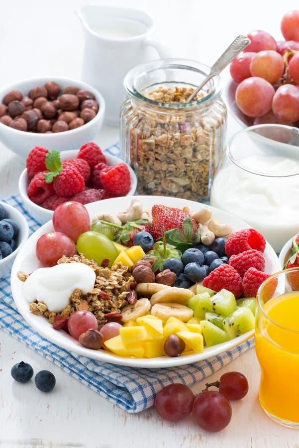 Sund frukost - bär, ny frukt och sädesslag på plattan royaltyfria foton