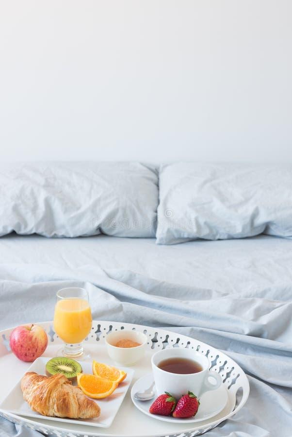 Sund frukost i säng arkivbilder
