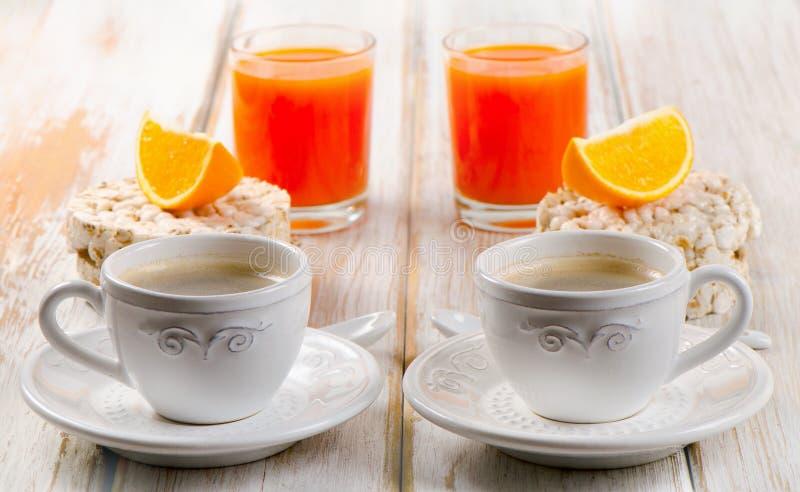 Sund frukost - kaffe, orange fruktsaft och rostat bröd royaltyfri fotografi