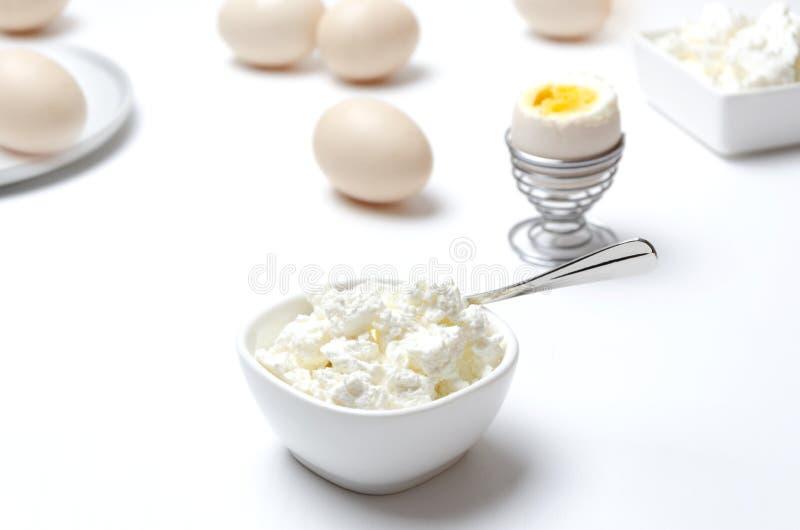Sund frukost, kokta ägg och keso Begrepp av näringsrik mat med kalcier och protein royaltyfri bild