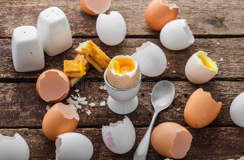 Sund frukost med det mjuka kokta ?gget och tomma skal, lantlig stil royaltyfri fotografi