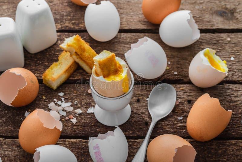 Sund frukost med det mjuka kokta ?gget och tomma skal, lantlig stil arkivfoto