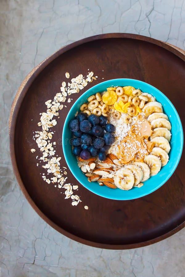 Sund frukost med havre och frukter royaltyfri foto