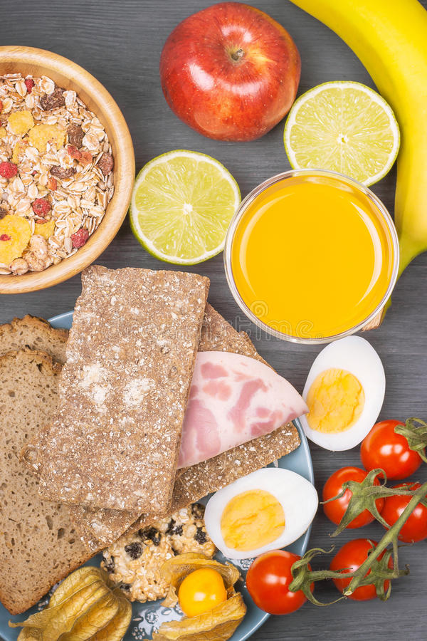 Sund frukost med havreflingor, det nya äpplet, bananen och bröd arkivfoton