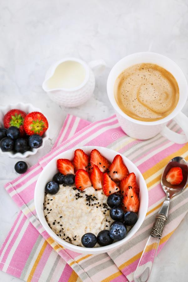 Sund frukost med havremj?lhavregr?t, nya b?r och kaffe royaltyfria bilder