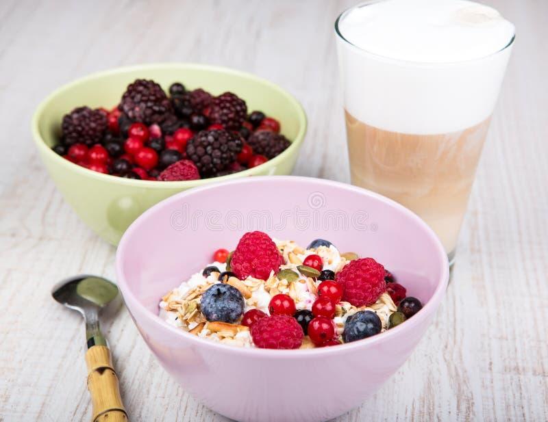 Sund frukost med hem- gjorda sädesslag, nya bär och coff royaltyfria foton