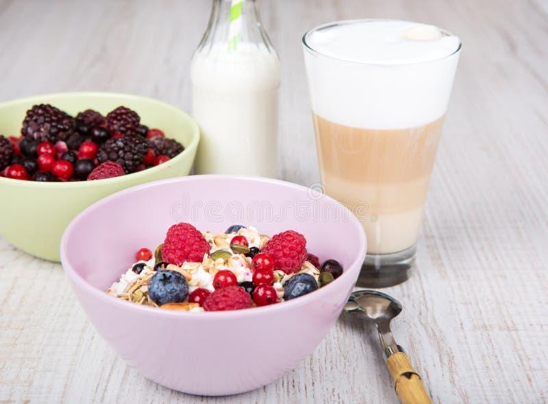 Sund frukost med hem- gjorda sädesslag, nya bär och coff royaltyfri foto