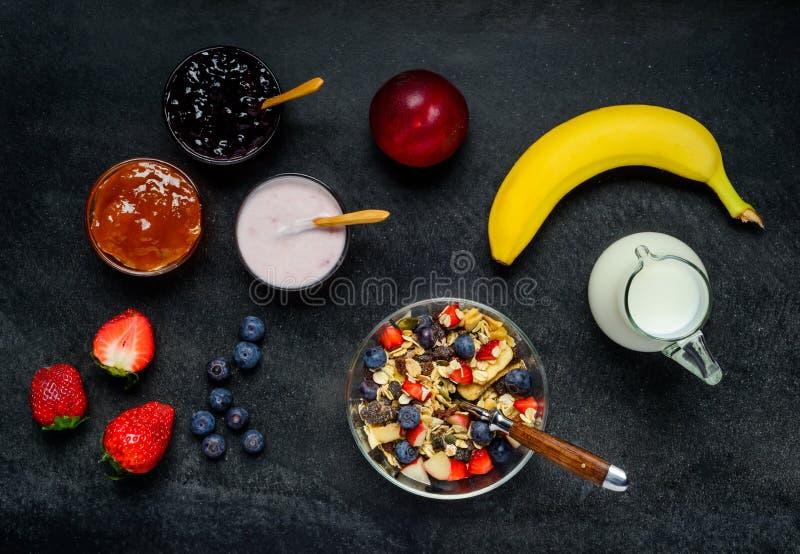 Sund frukost med mysli och nya frukter arkivfoton