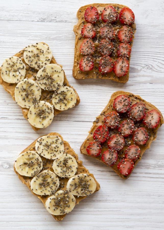 Sund frukost som bantar begrepp Strikt vegetarianrostade br?d med frukter, fr?, jordn?tsm?r, b?sta sikt Fr?n ?ver royaltyfria bilder