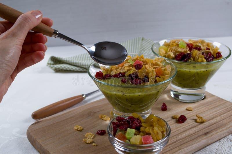Sund frukost, sommarefterrätt med smoothiekiwin, havreflingor och torkade frukter fotografering för bildbyråer