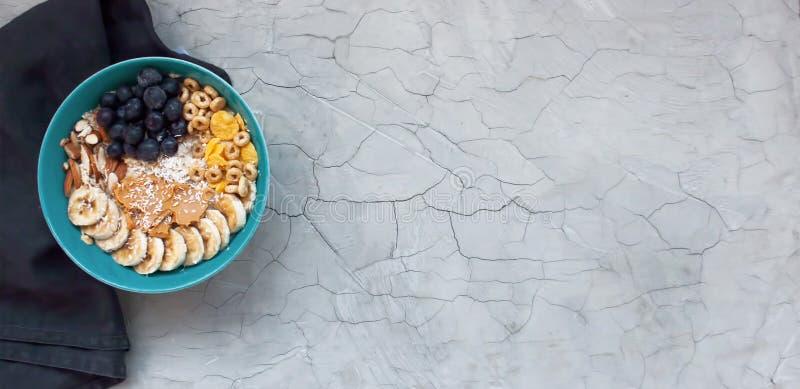 Sund frukostbakgrund med havre och frukter royaltyfri foto