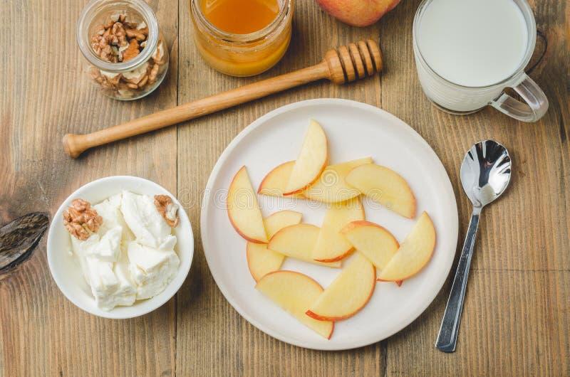 Sund frukostbakgrund Persikan honung, mjölkar, keso och valnöten på en träbakgrund Top besk?dar fotografering för bildbyråer