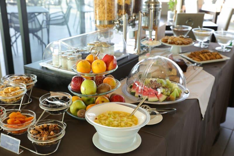 Sund frukostbuffétabell av fruktsallad, olika frukter, torkade frukter, yoghurter under sommarsemester i grekiskt hotell royaltyfri foto
