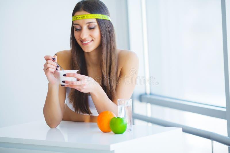 Sund frukostkvinna med exponeringsglas av yoghurt, bär och havre royaltyfria bilder