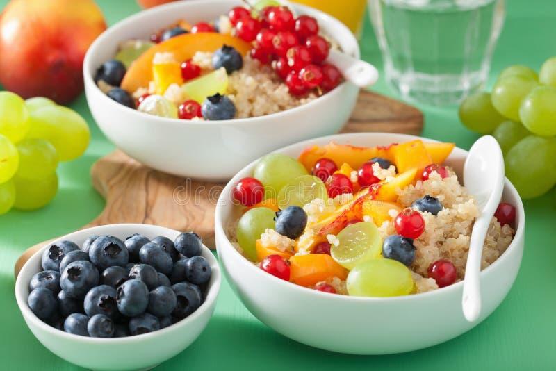 Sund frukostquinoa med G för blåbär för fruktbärnektarin royaltyfria bilder