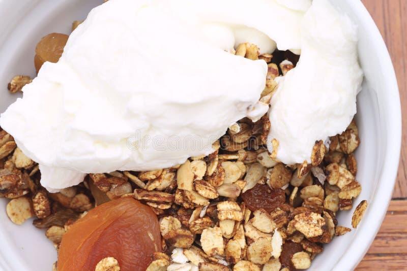 Sund frukosttexturbakgrund Kornfrukostingredienser på en platta arkivfoto