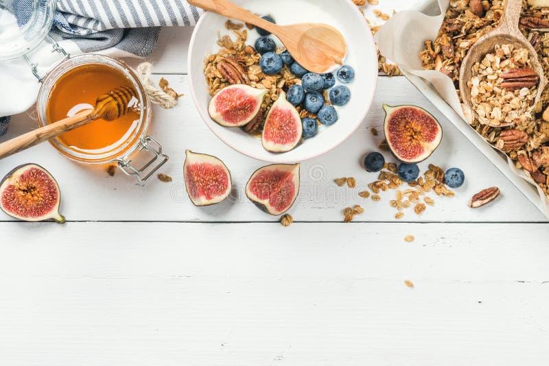Sund frukostuppsättning på vit träbakgrund, kopieringsutrymme arkivbilder