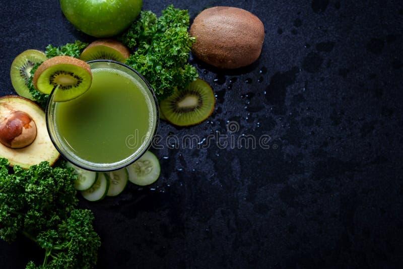 Sund fruktsaftsmoothie Den organiska och nya gröna grönsaken för detox, bantar och väger förlust royaltyfri foto