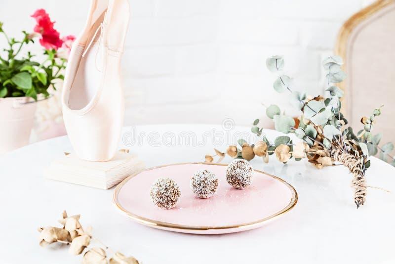 Sund godis för Veggie med moroten som tjänas som på den rosa plattan ovanför vit bakgrund Slut upp horisontalmatfotoet Fri gluten fotografering för bildbyråer