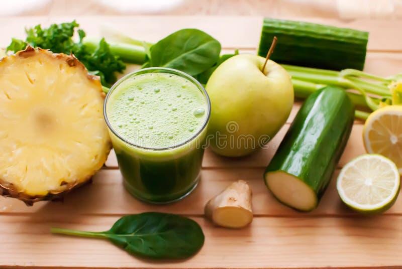 Sund grön detoxfruktsaft arkivbilder