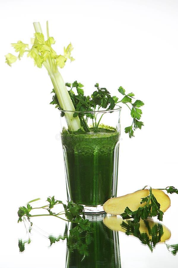 Sund grön grönsaksmoothie med persilja på vit bakgrund arkivfoton